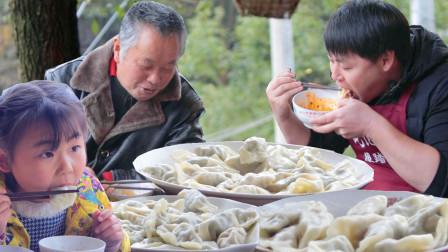 """农村小哥2斤猪肉在冬至""""包饺子"""",2种馅儿配秘制蘸料,1口1个过瘾"""
