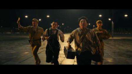电影:黄渤冲过天安门广场线,按时完成开国大典电动旗杆维修