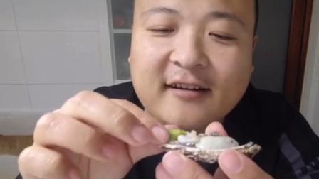 男子第一次吃生蚝,兴奋的挤上芥末要尝试,下一秒哭都来不及!