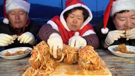 韩国农村家庭的一顿饭:韩式炸全鸡+洋葱,圣诞节的大餐,真好吃