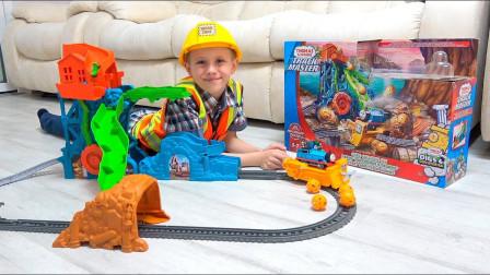 太棒了!萌宝小正太组装的托马斯小火车轨道有多炫酷?趣味玩具故事
