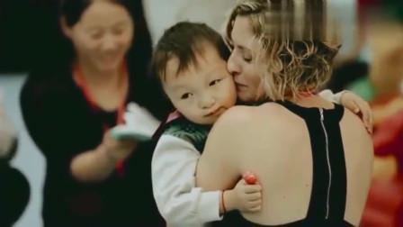 老外在中国:感动3岁小男孩第一次见到外国养母,扑过去紧紧的抱住