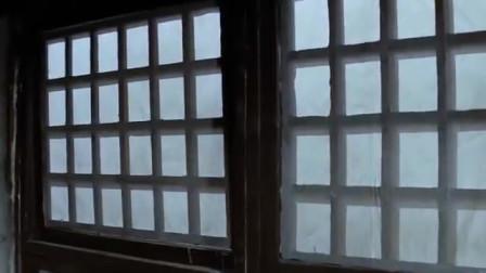 镖旗飞扬:男子不走门走窗子,不料窗外有人埋伏!真是不走寻常路