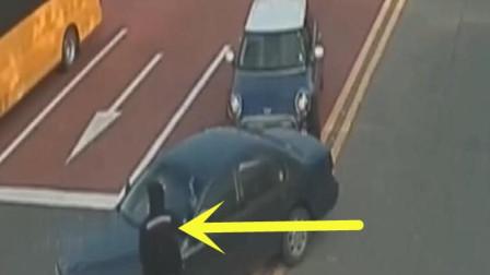 女子作死开车别人,还嚣张下车骂人,下秒果然悲剧了