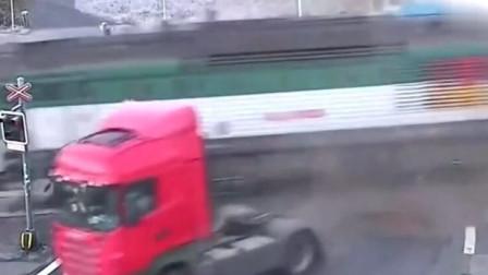货车司机侥幸心理想逃过火车,却不料险些将自己的命搭上