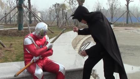 奥特曼在公园休息,蝙蝠侠趁机抢走宝刀,奥特曼会放过他吗