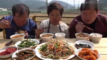 韩国农村家庭的一顿饭:妈妈做了一桌子菜,一家三口吃得真香