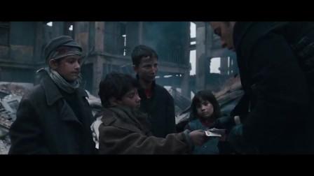 豪泽来到这,收买了几个小朋友就找到了娜塔莉,那几个人好像不是绑匪!