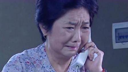 妻子回到家里,丈夫砸门实施家暴,婆婆含泪打电话给亲家