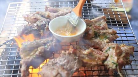 姐妹俩用西蓝花搭配烤牛肉,蘸料是鲱鱼罐头?网友:这蘸料我拒绝