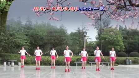 老师们打扮靓丽,用背面展示广场舞《放下手机》,表演的真是好看