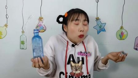 """美食拆箱:小姐姐喝""""触电矿泉水"""",透亮蓝瓶装,喝水似触电"""