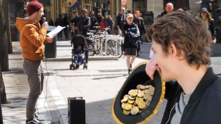老外在法国街头唱中国歌,2首歌反复播放1小时,居然挣了239元!