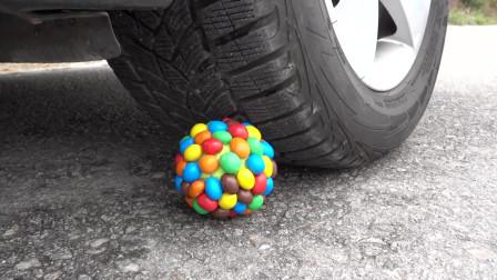 牛人把巧克力豆放在车轮下面,看着减压啊,好过瘾