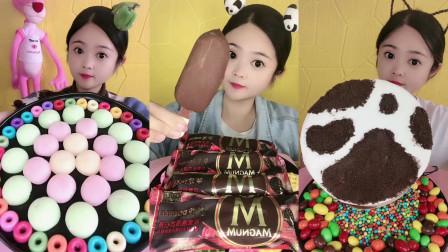 美女试吃巧克力雪糕和彩色棉花糖还有巧克力蛋糕,各种口味任选,看着好好吃啊!