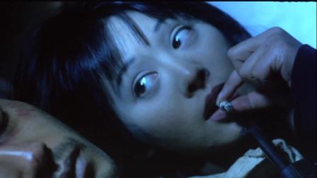 男子坐在美女床上美女顿时怒了不料男子更过分的直接躺下