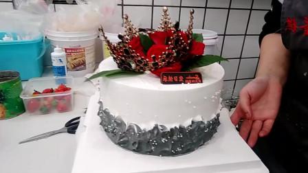 闺蜜看见了,我定做皇冠玫瑰生日蛋糕,闺蜜的生日过的非常开心!