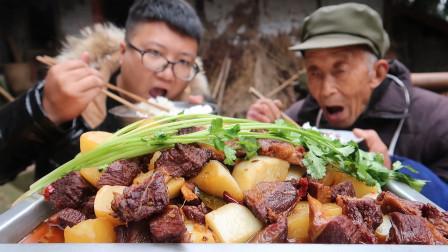 """180元买了5斤驴肉,做一份""""红烧驴肉""""肉质细腻,有嚼劲,吃过瘾"""