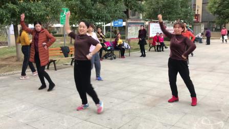 美女在广场跳最新摆胯舞,舞姿优美,看着都让人陶醉