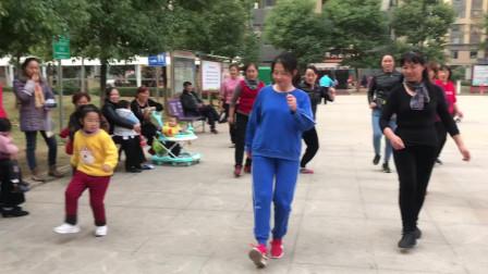 5岁小女孩第一天学跳鬼步舞,旁人纷纷夸赞,跳得太棒了