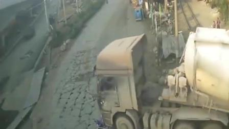 监控实拍:电动车女司机超大货车,监控实拍拍下作死一幕,男友查看监控实拍表示一万个不接受