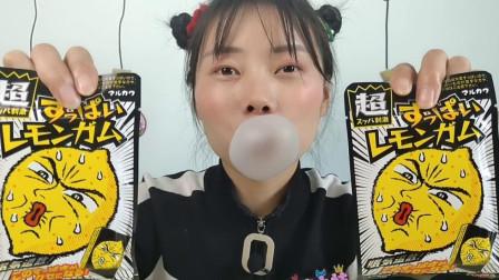 """美食拆箱:妹子吃""""超酸刺激柠檬口香糖"""",酸爽够劲吹大泡"""