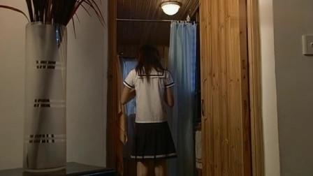 女孩喜欢跑步,结果热出了一身汗,到家后立马走进卫生间洗澡!