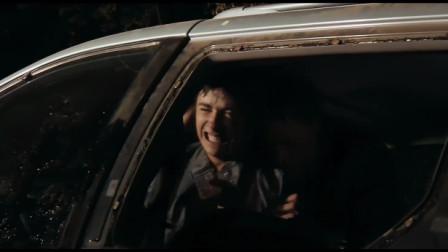 看着老婆被野熊拖走,丈夫却只敢躲在车内痛哭,真窝囊