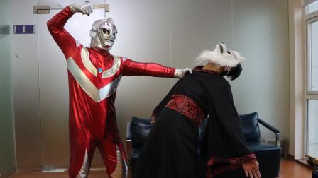 奥特曼真人版:奥特曼被怪兽打伤,女孩给予他能量后消灭怪兽!