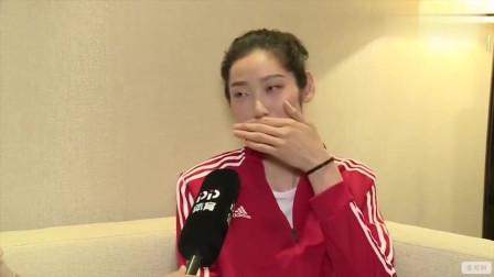 害羞了!当谈起偶像黄晓明,看看朱婷的表情和语言是什么样子的?