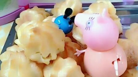 猪妈妈做了奶油泡芙,佩奇和爸爸吃的时候发现里面没有奶油,原来奶油被乔治偷吃了!