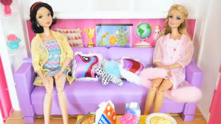 小芭比娃娃的婴儿床翻转过来可以作为茶几