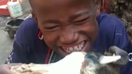 非洲难民小孩太饿,直接抱着一大块肉啃了起来,这一幕让人心酸!