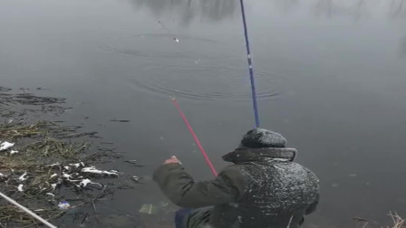 老大爷遭儿女嫌弃,肚子饿急了,只能冒着大雪来河边钓鱼!