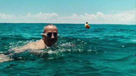 鲨口逃生:夏日迷情海滩,男子游向深海却突遭巨兽