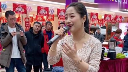 美女在超市演唱《送亲》,歌声藏着故事,句句撕心裂肺!