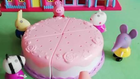 佩奇请大家吃蛋糕,他们要自己装饰蛋糕,你觉得谁装饰的好看?