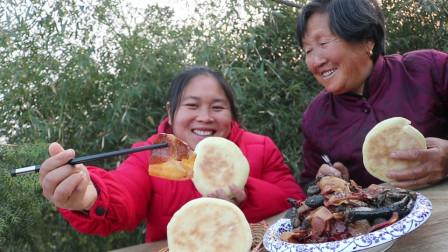 胖妹50元买只乌鸡,配金华火腿一锅炖,奶奶大口吃肉,啃得真香