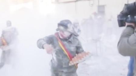 西班牙小镇上演面粉鸡蛋大战!