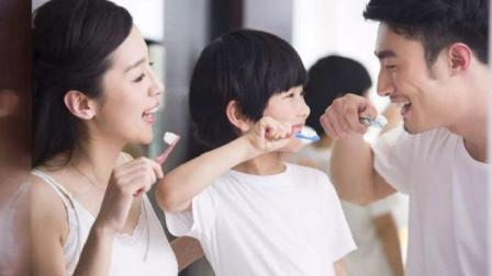 """刷牙前牙膏到底沾不沾水?别当耳旁风,难怪牙齿会""""越刷越黄"""""""