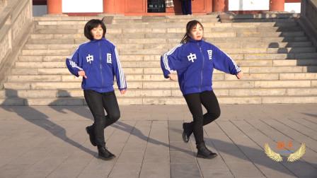 姐妹俩公园表演鬼步舞《泉之曳》,好听好看附背面教学
