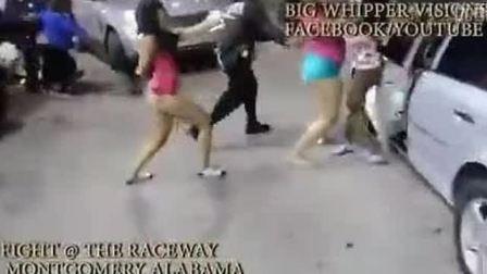 美女打架警察都拦不住裤子都撕烂了