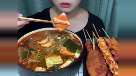 美食吃播大胃王,美女吃麻辣烫和炸串,大口吃的真香