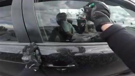 机车司机在等绿灯时,拿出随身携带的记号笔,在汽车玻璃上画心形符号!