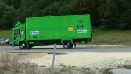卡车刹不住车的情况下,所产生的撞击力量,这是不可想象的