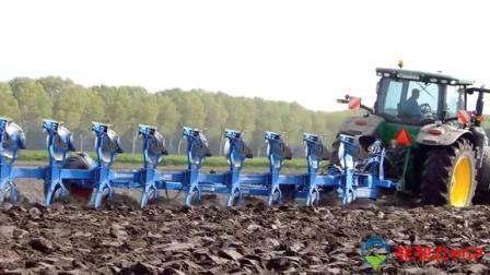 承包地老板用大型耕地机工作,一上午耕完所有地,让农民大开眼界