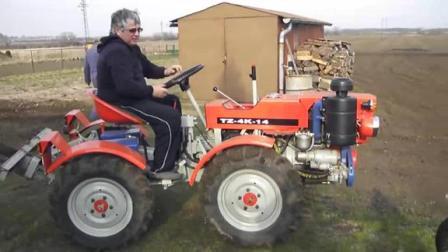 小型拖拉机适合农村犁地,而且价格不高,深受农民喜欢