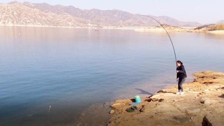 乡村媳妇第一次钓鱼,没想到竟然钓到2斤重的野货,这感觉太爽了