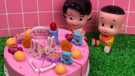妈妈教大头做蛋糕,大头好喜欢生日蛋糕,小朋友们喜欢吗