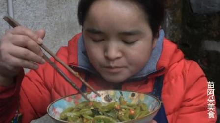 苗大姐做面食,辣椒一拌一盘吃得太辣,嘿哈嘿哈